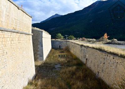 Fort des Trois-Têtes - fossé et bastion à flancs droit